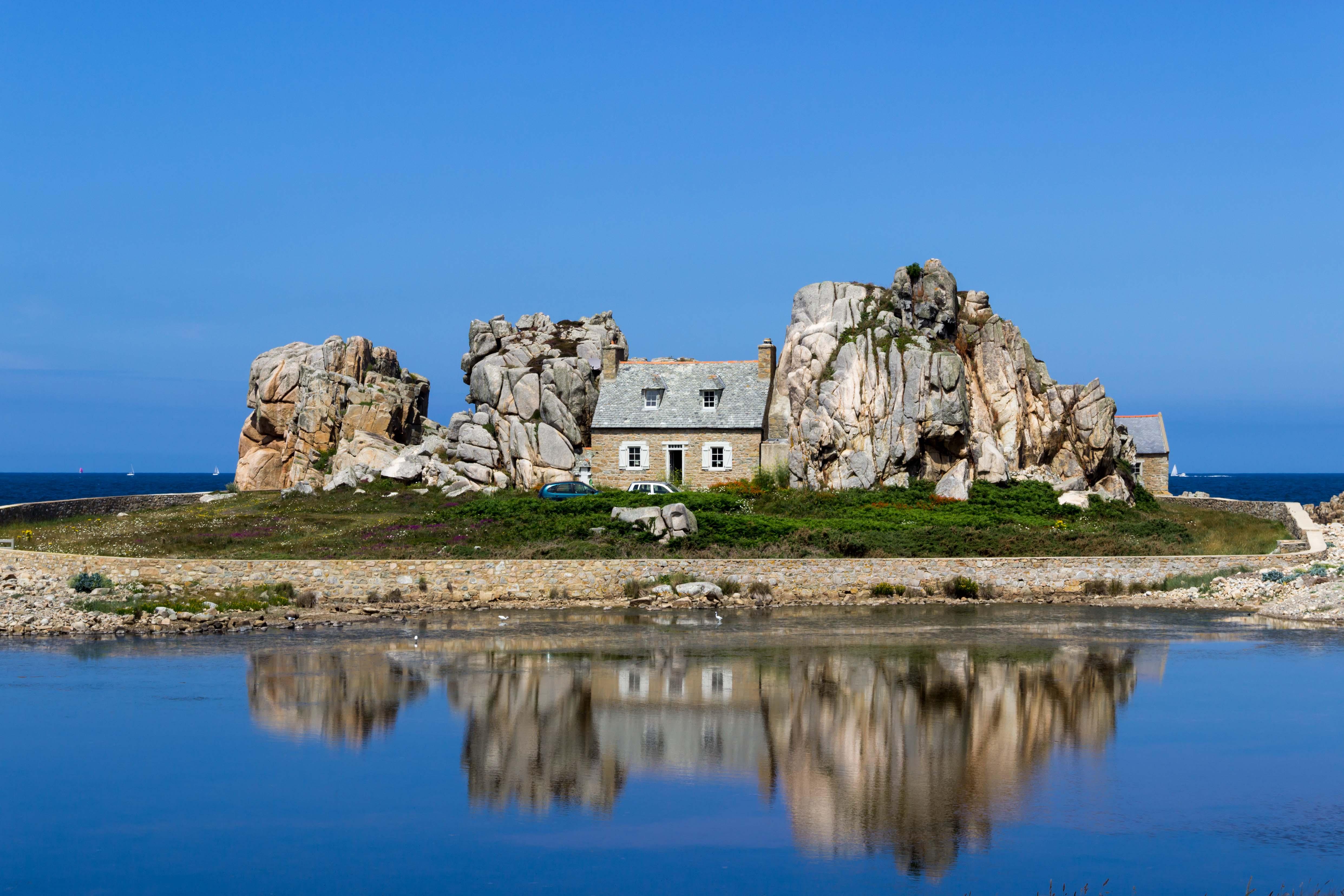 Haus zwischen Felsen