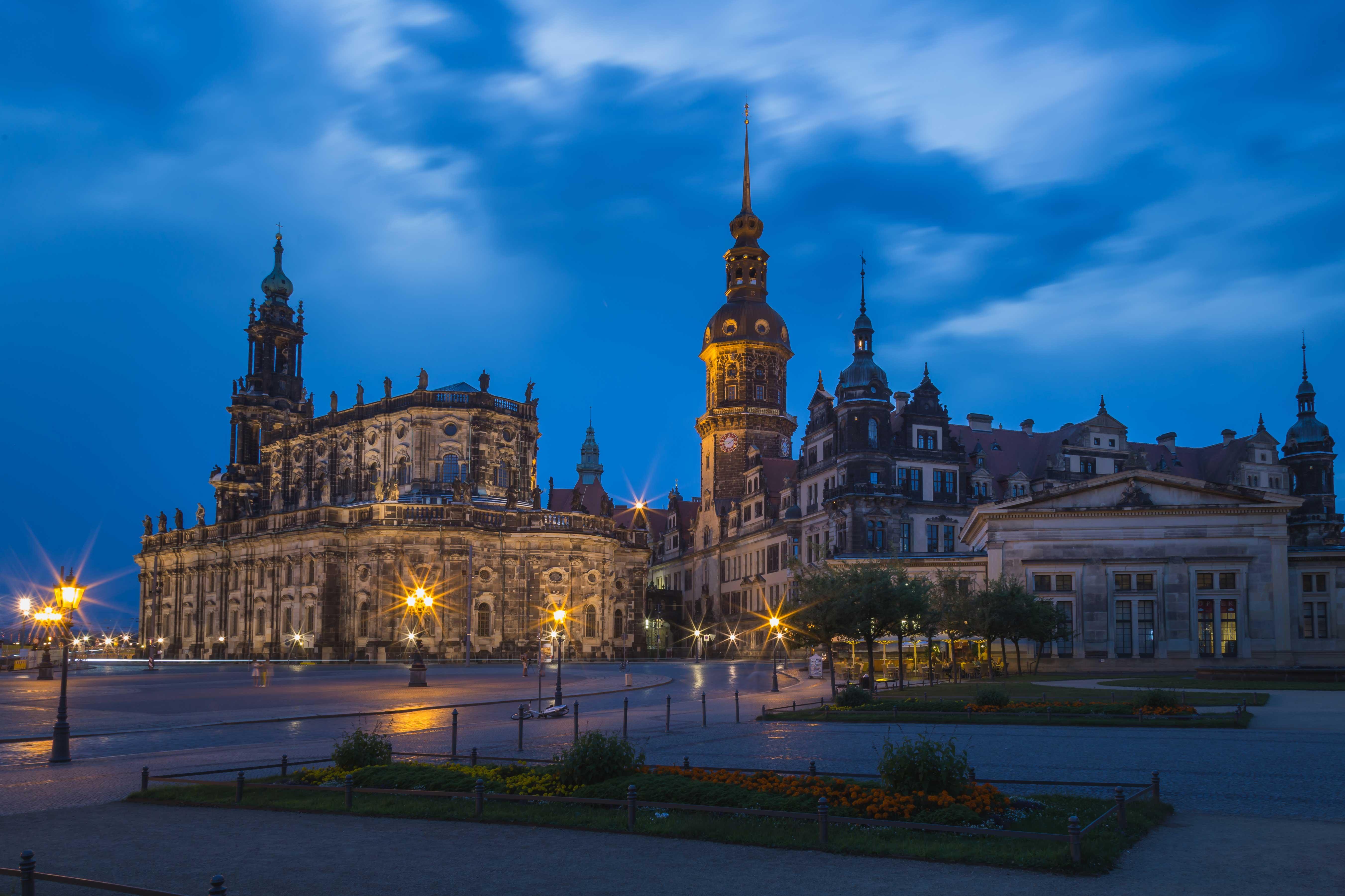Theaterplatz mit Blick auf die Hofkirche und das Dresdner Schloss