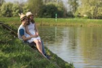 Fotoshooting - verträumt sitzend an der Elbe