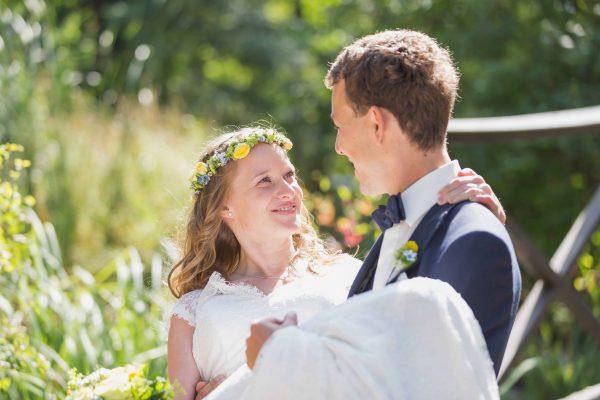 Braut wird auf Händen getragen
