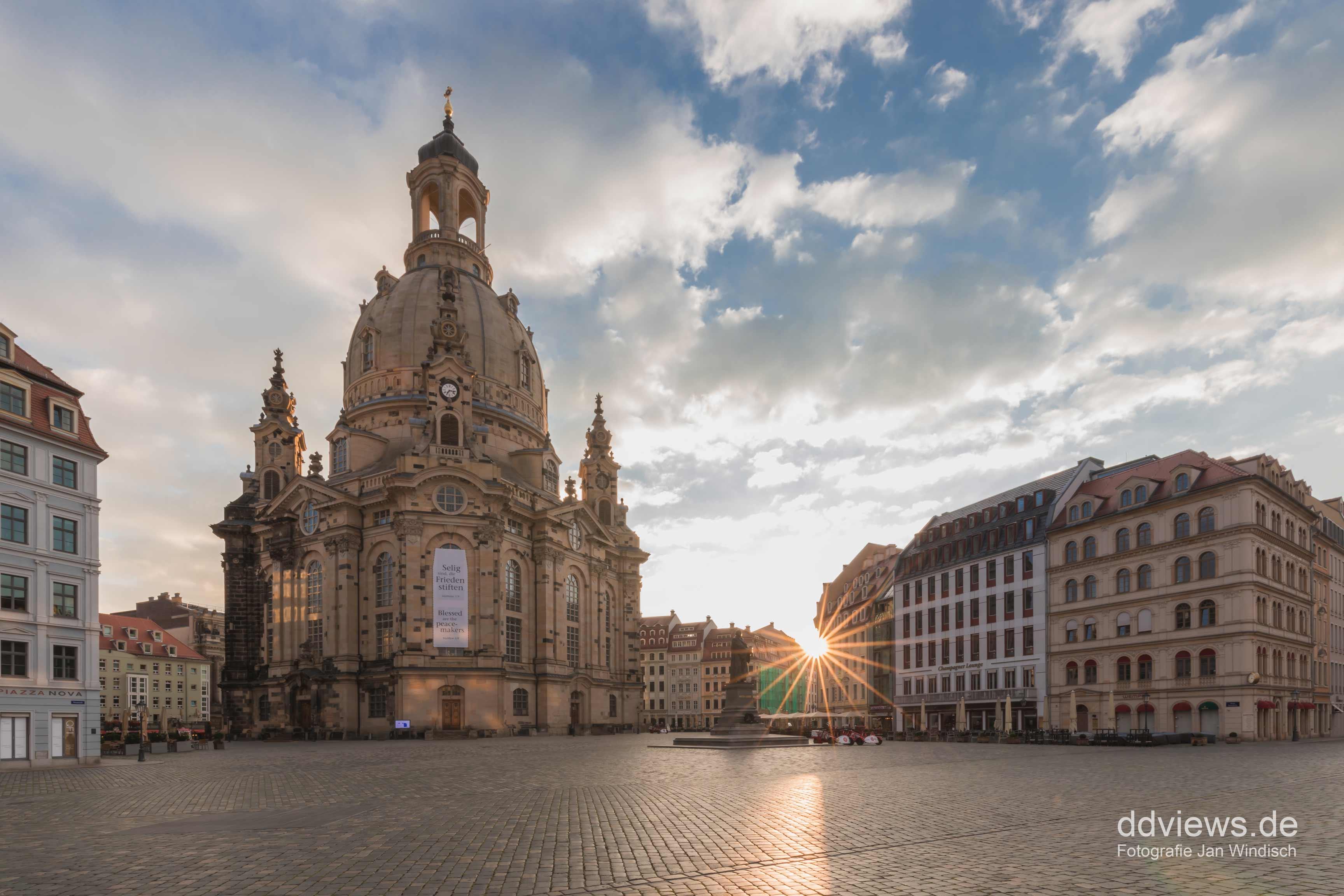 die Frauenkirche Dresden zum Sonnenaufgang